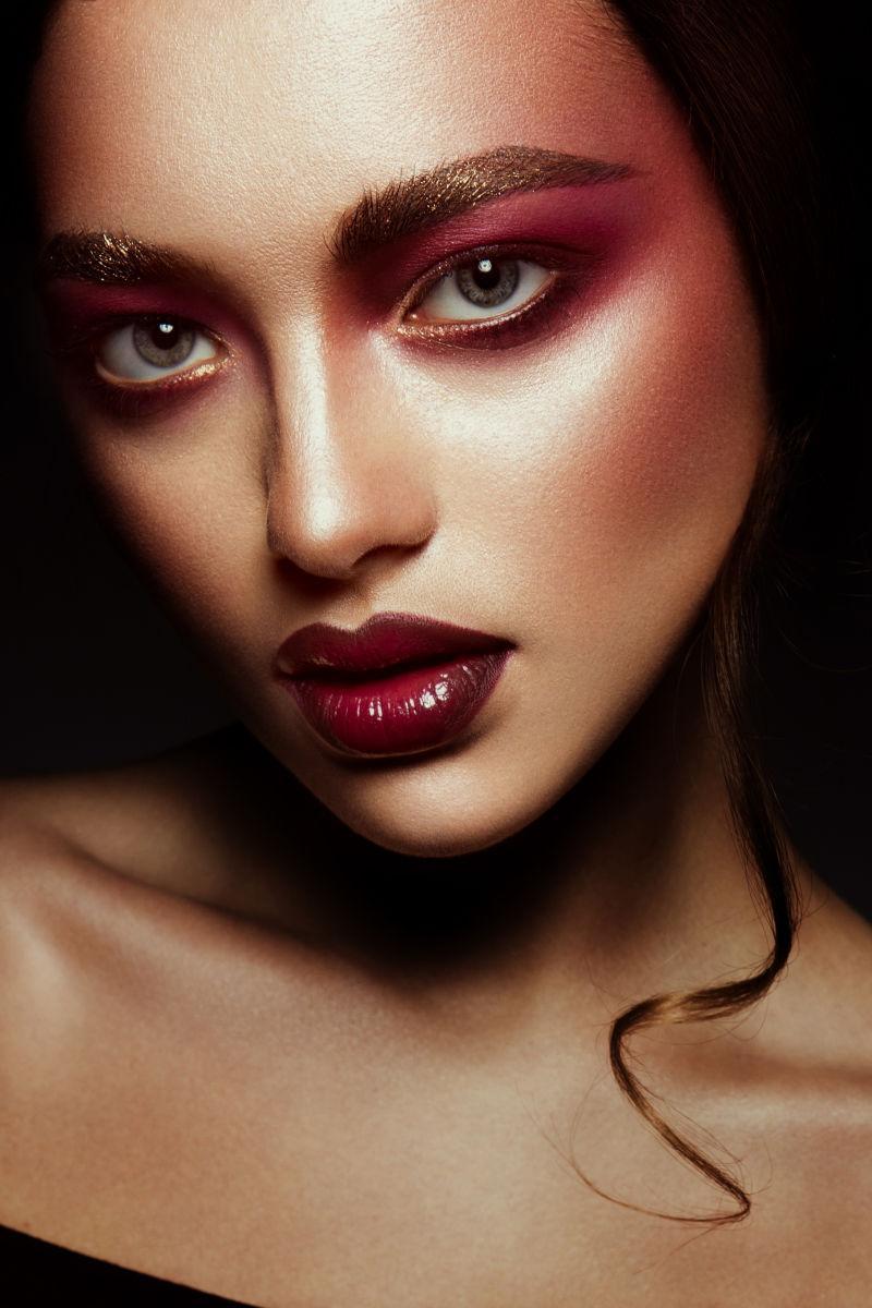 特写美丽的化妆女人