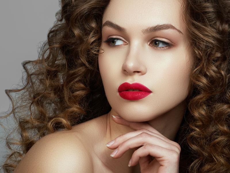 红唇模特漂亮的卷发发型