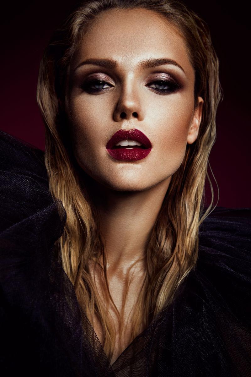 黑色背景中妆容精致的时尚美女