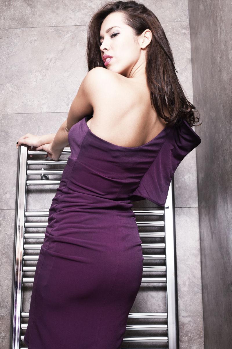 漂亮的浅棕色女孩穿着优雅的紫色衣服