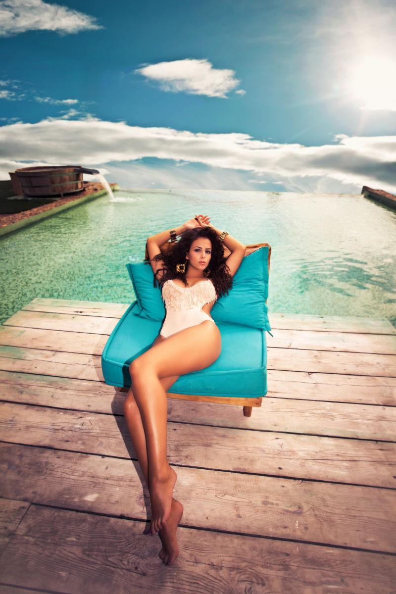 泳池泳装中迷人的年轻女子享受夏日拍摄