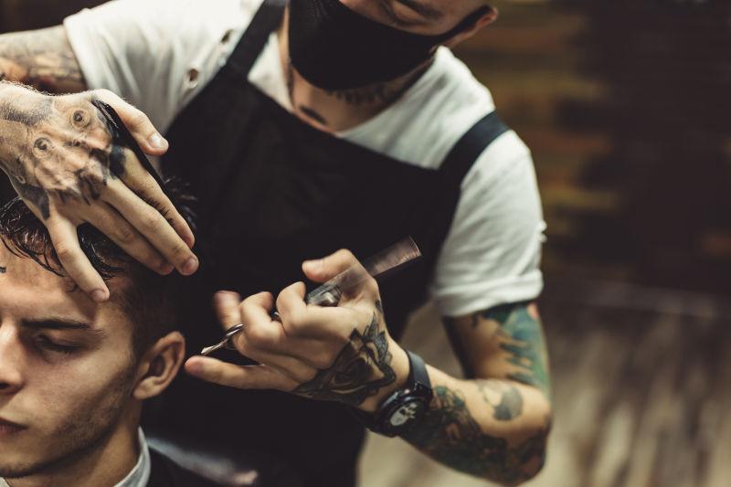 理发师给男性客户理发