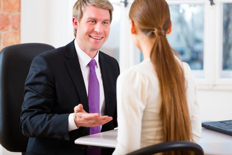 与客户或商人在办公室交谈