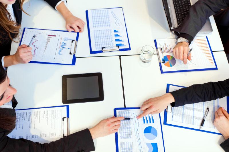 讨论数据图的商务团队