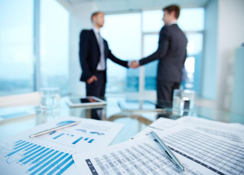两个年轻的商人互相握手