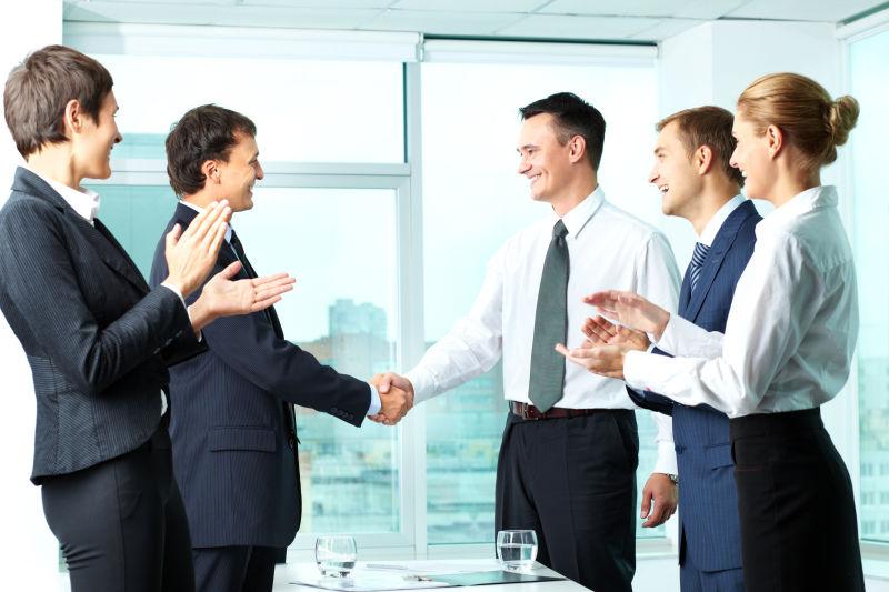 合作成功握手的商人