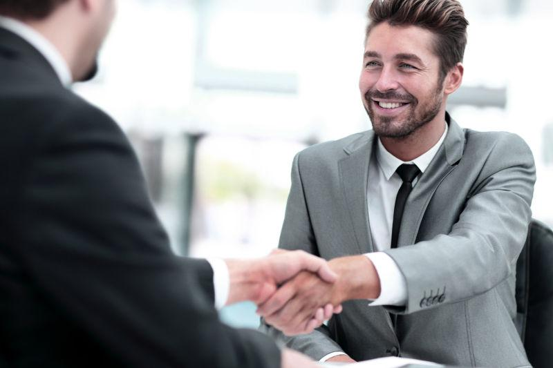 两个生意人之间的握手