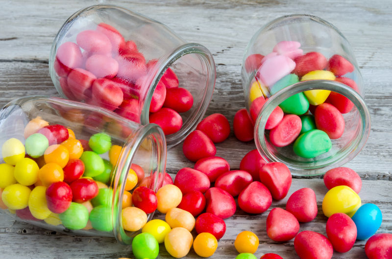 玻璃罐中的彩色糖果
