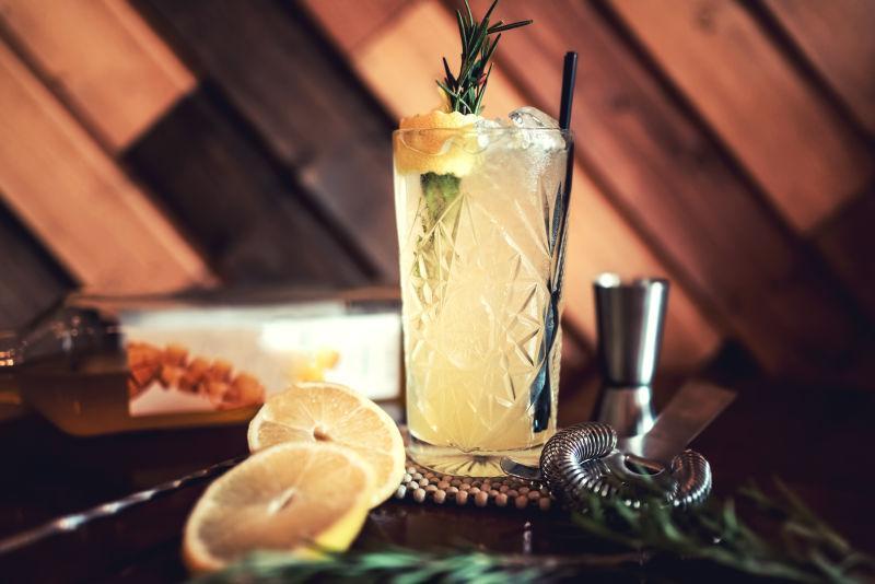 金汤力酒加柠檬和冰块的点心饮料