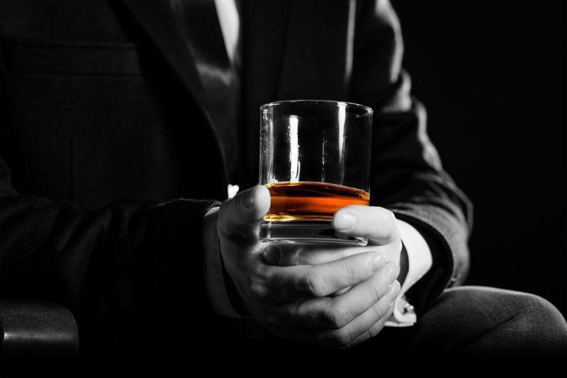 手上拿着威士忌的商人