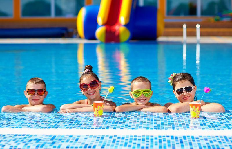 一群快乐的十几岁的孩子在游泳池里