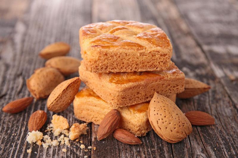 桌子上的杏仁饼