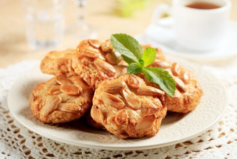 餐盘中的杏仁蛋糕饼干