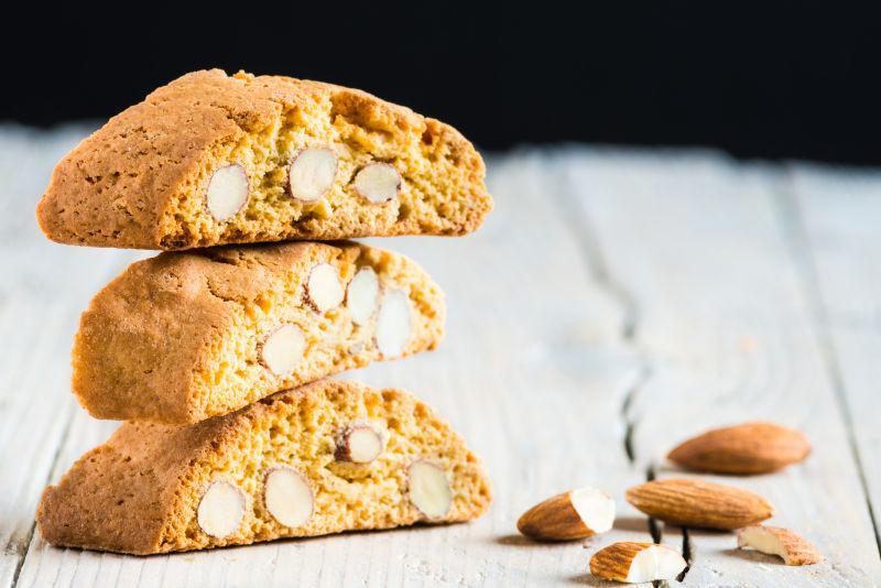 白色木制背景中的杏仁蛋糕饼干