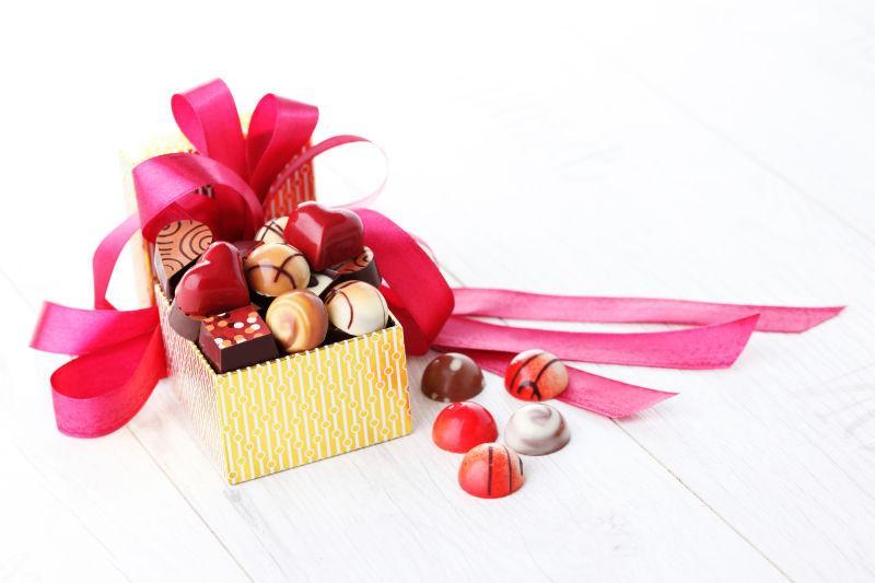 一盒带红丝带的巧克力糖果