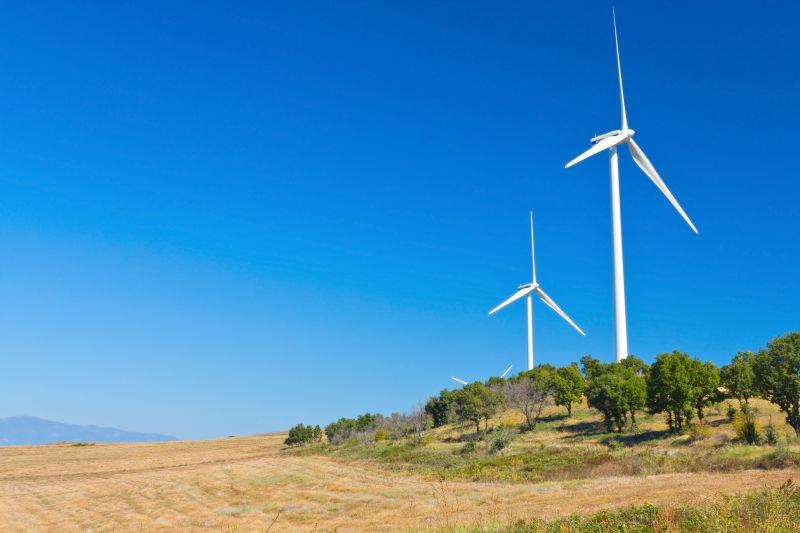 天空下的电力风力发电机