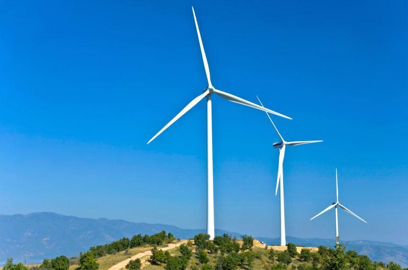 驻扎在山上的电力风力发电机