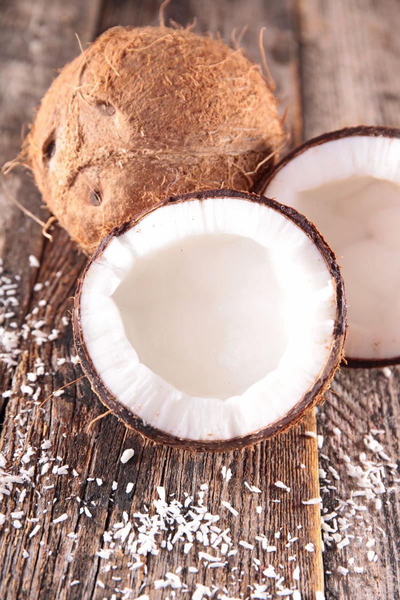 被打开的椰子放在桌子上