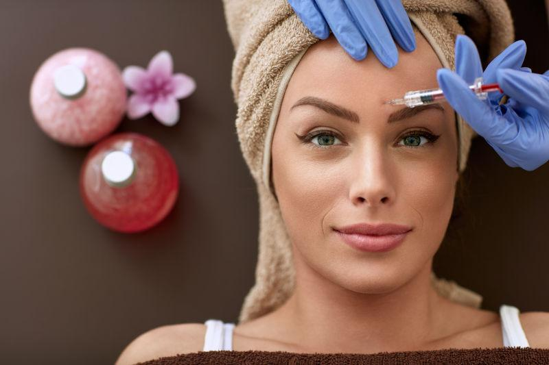 美女正在额头注射美容针