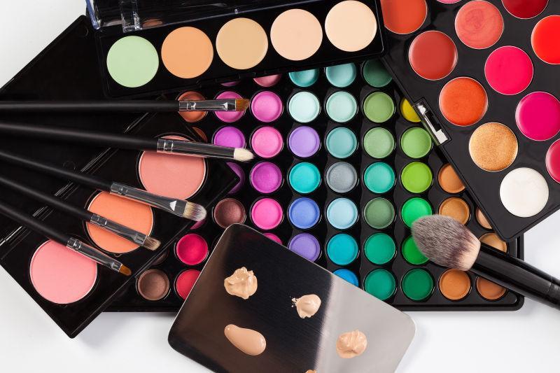 显示不同颜色的化妆品