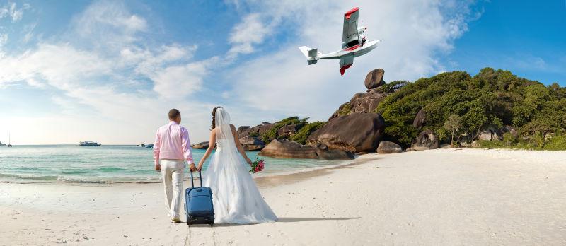 在泰国阳光沙滩上的蜜月新婚夫妇