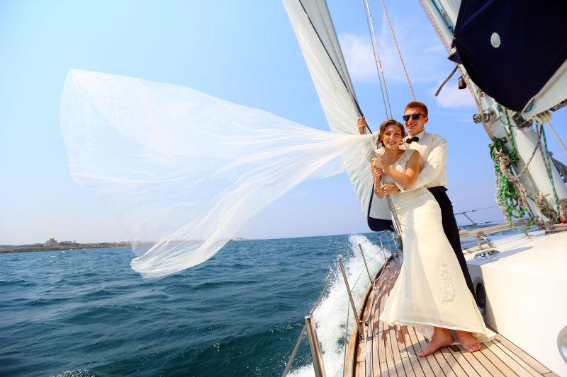 新娘和新郎乘游艇蜜月旅行
