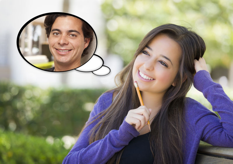 拿着笔的美女想着男友