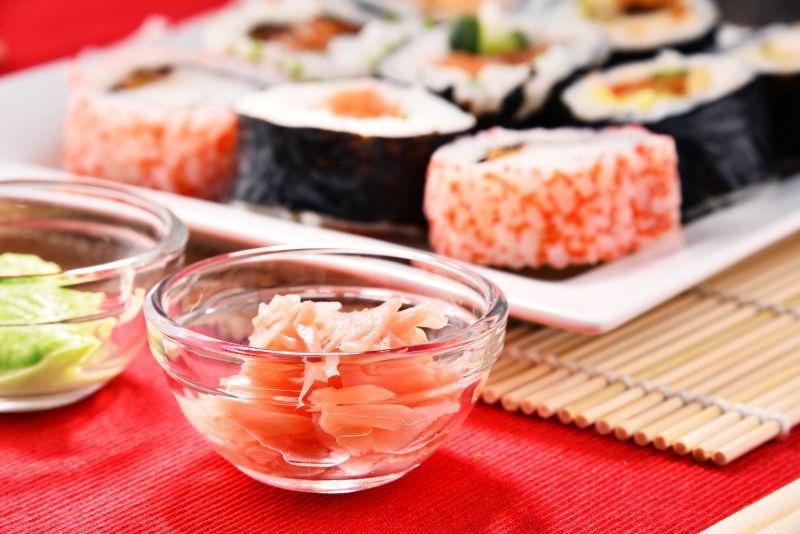 什锦寿司卷和调料碗