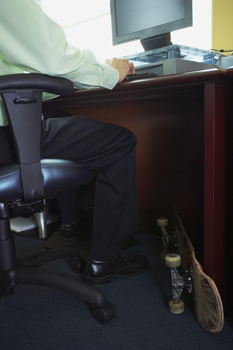 办公室里脚边放着滑板办公的人