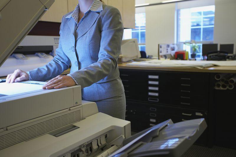 操作打印机的职业装美女