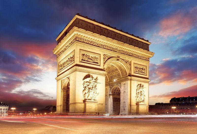 有晚霞的黄昏时分的法国巴黎凯旋门风景