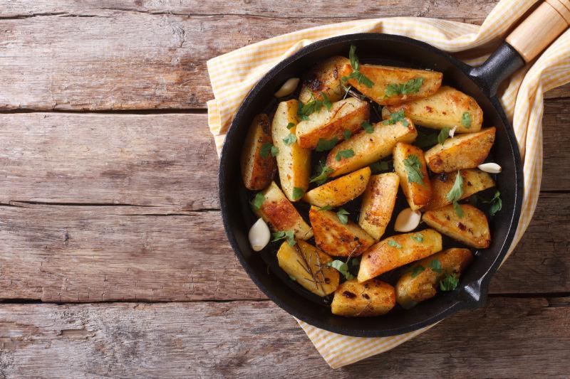 平锅上的土豆