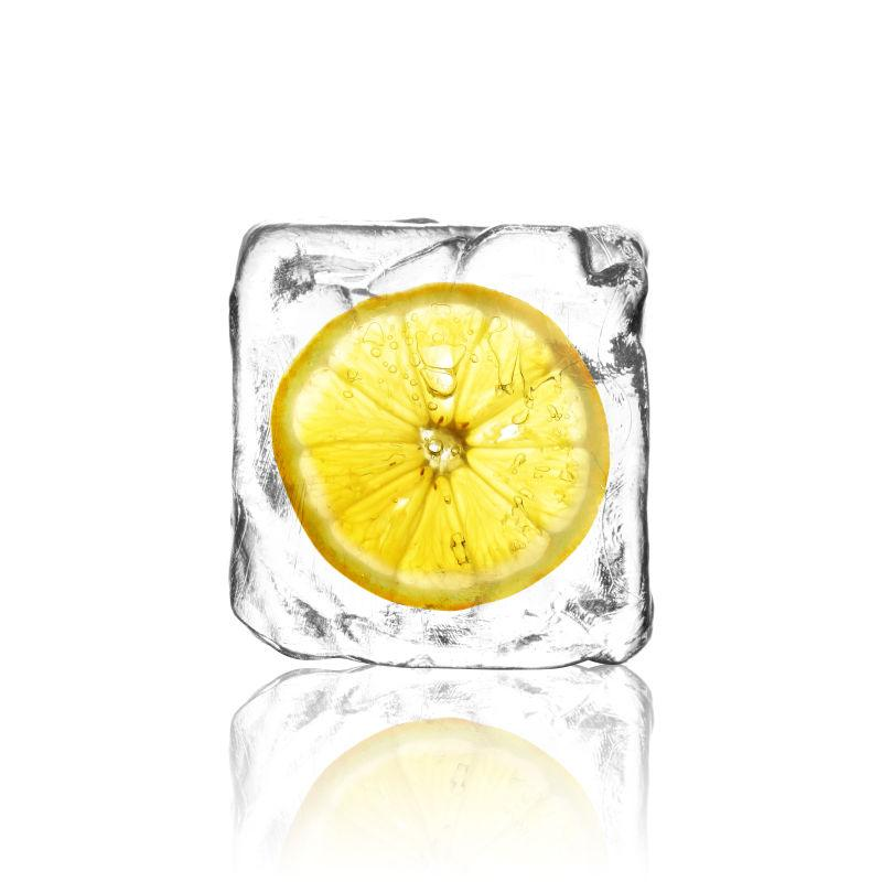 白色背景中的柠檬和冰块