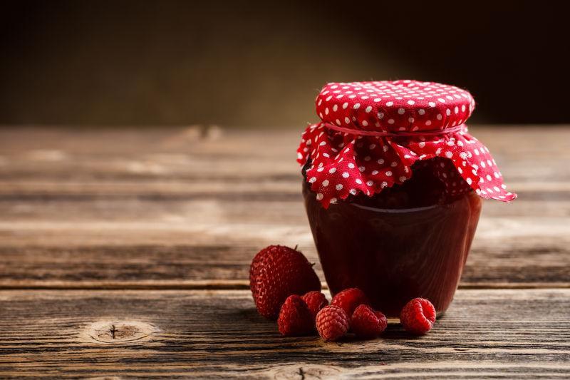 桌子上的草莓果酱