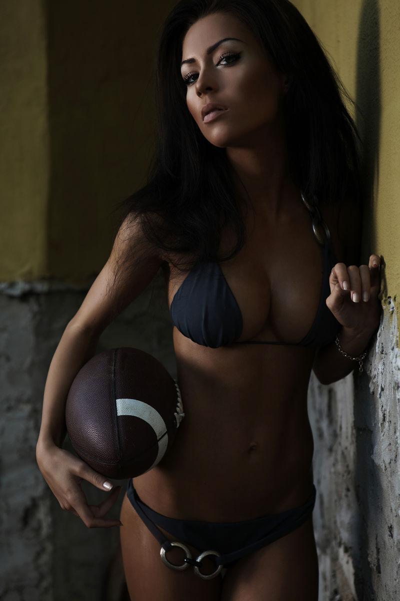 穿着比基尼的美式足球性感美女