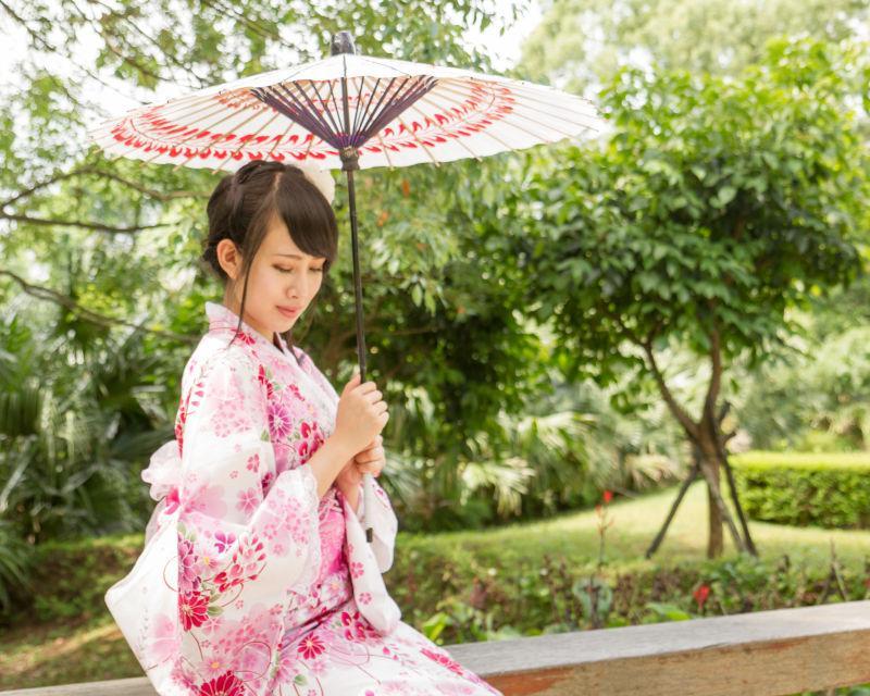日本传统园林中的和服女郎