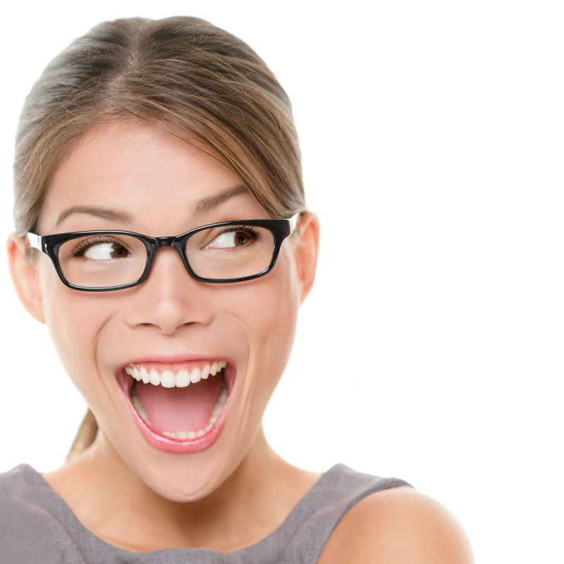 兴奋的女人侧望着尖叫