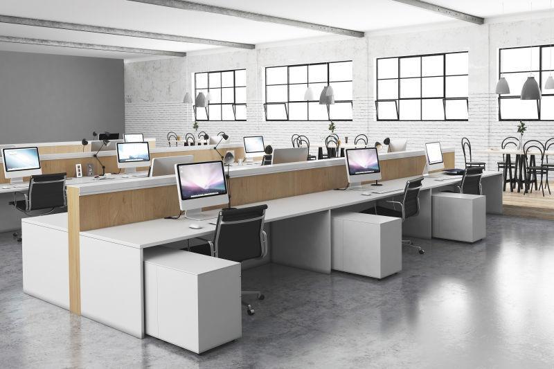 宽敞的放着多台电脑的办公室内部