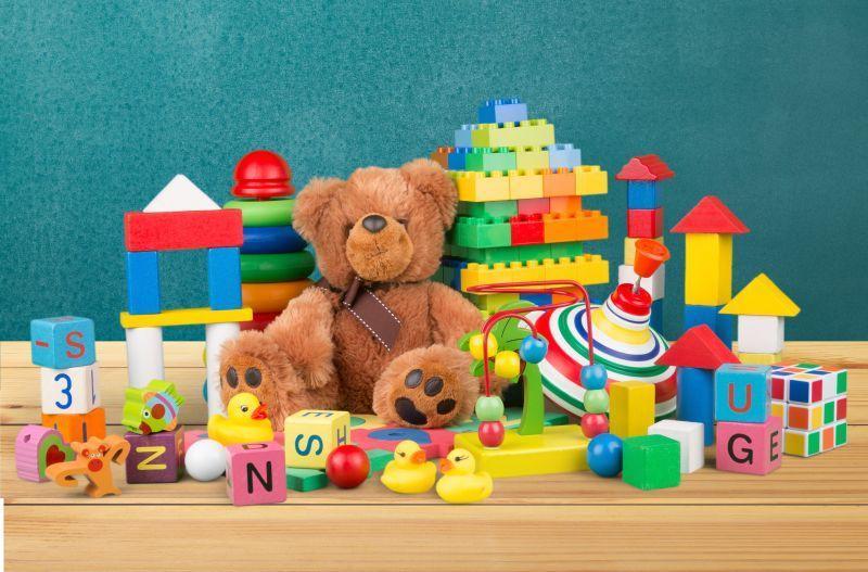 孩子的玩具熊与积木