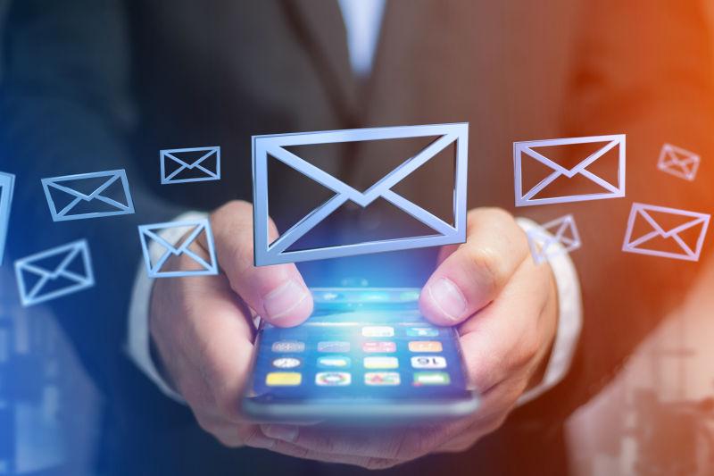 在蓝色背景上显示蓝色电子邮件符号的手机