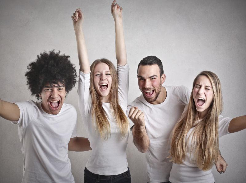 四个微笑欢呼的年轻朋友