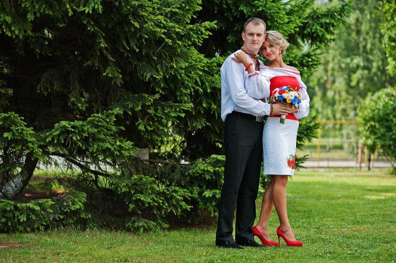 草坪中的新婚夫妇