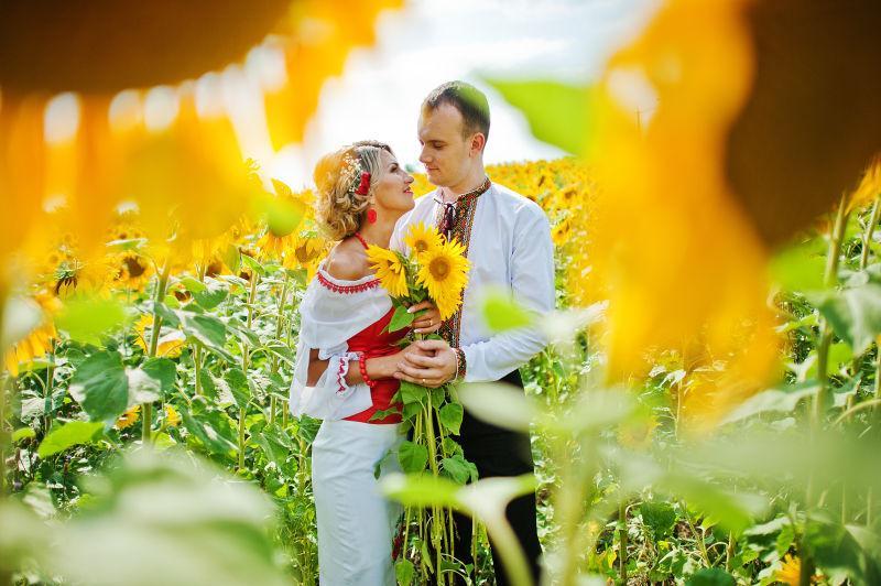 拿着向日葵的新欢夫妇