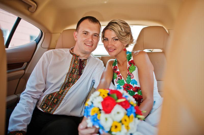 豪车里的新婚夫妇