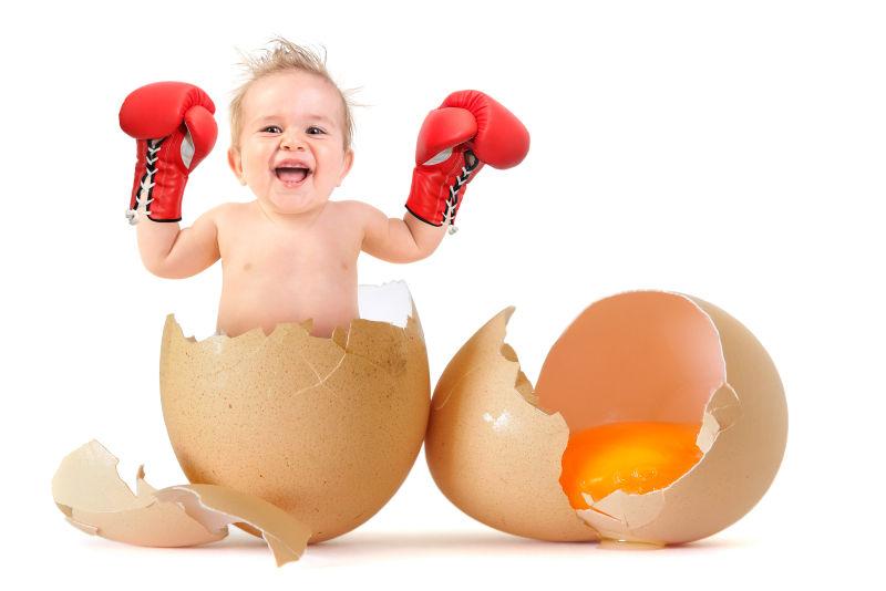 蛋壳中的宝宝双手戴着拳套