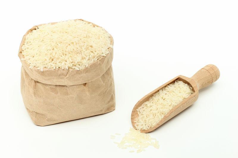 白色袋子和勺子里的大米