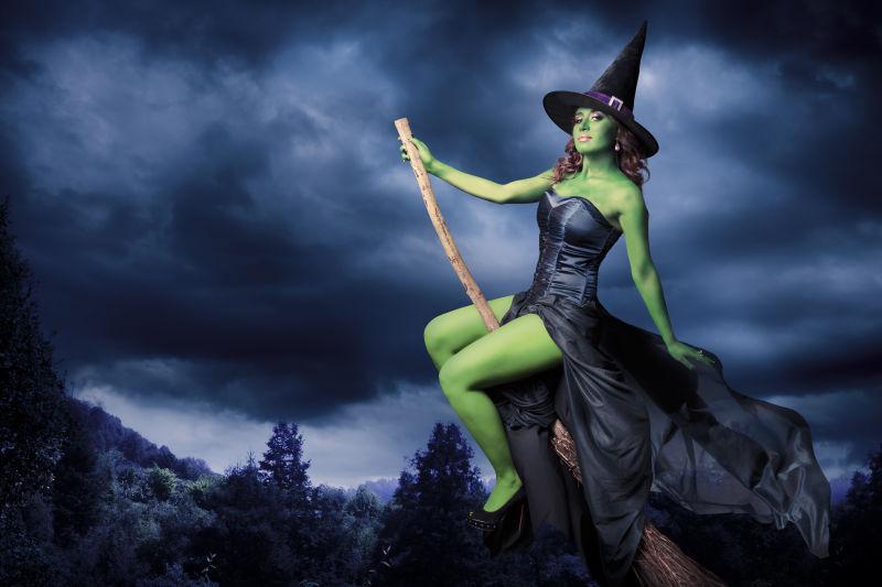 黑暗背景下的性感女巫