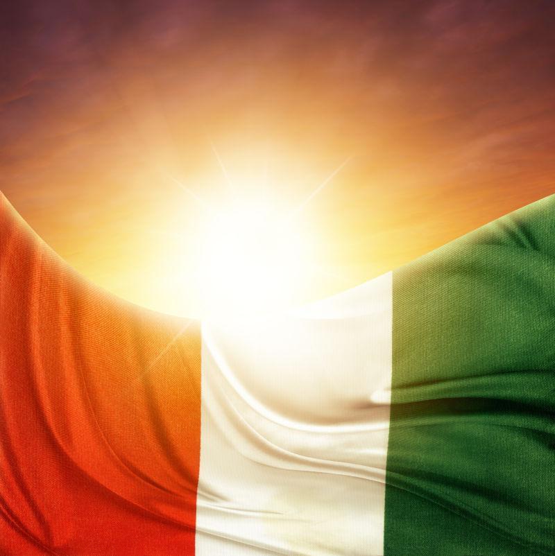 明亮天空下的意大利国旗