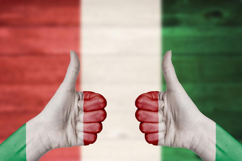意大利国旗画在女性手上竖起大拇指
