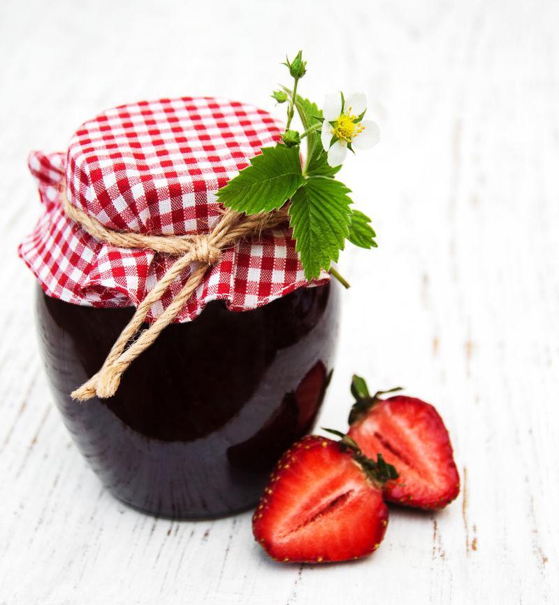 桌子上的草莓和黑色罐头